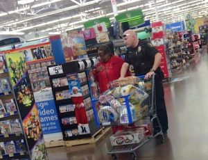 cop-helps-elderly-black-widow-to-shop-Jessica-Huerta-FB-700px